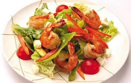 Низкокалорийный салат из трёх видов морепродуктов