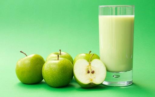 молоко с яблоком